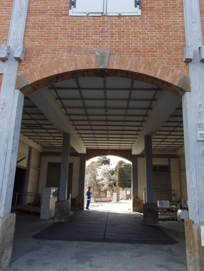 富岡製糸場東置繭所のアーチに掲げられた明治五年と刻印された要石