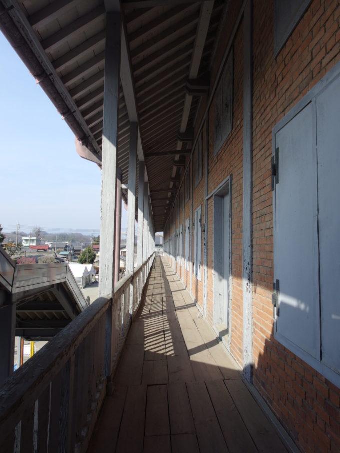 富岡製糸場東置繭所2階の外廊下