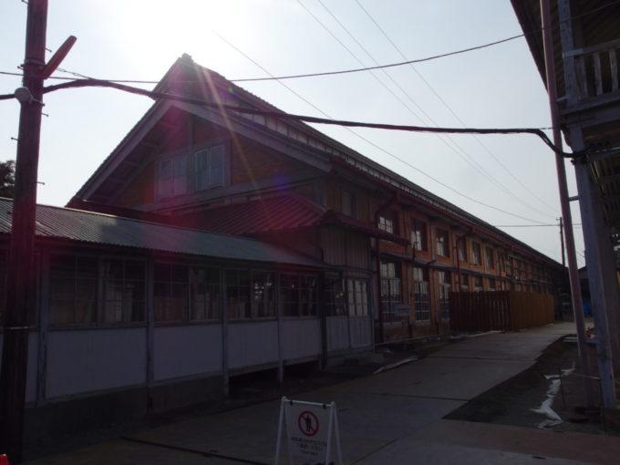 富岡製糸場西日に輝く操糸所