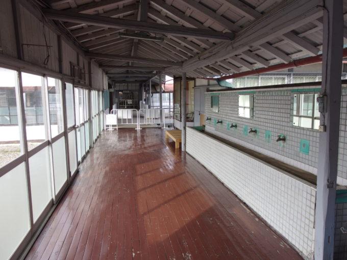 富岡製糸所ブリュナ館への渡り廊下とタイル張りの洗面所