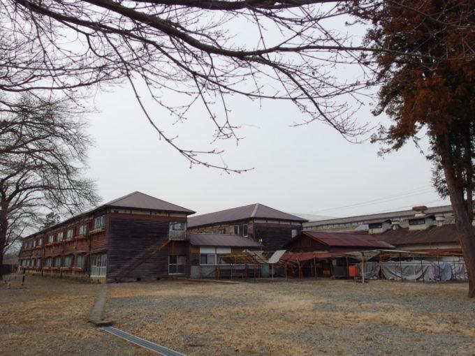 富岡製糸場の奥に並ぶ木造2階建ての寮