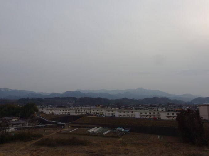 富岡製糸場から眺める鏑川越しの上州の山並み