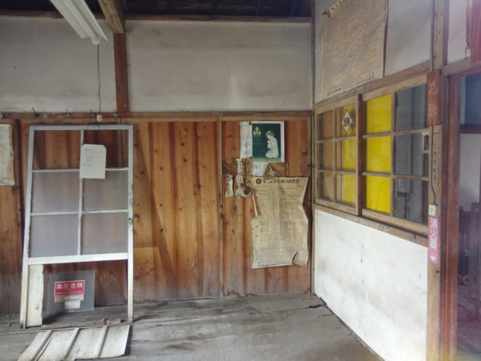 富岡製糸場変電所の室内に残された1956年のポスター