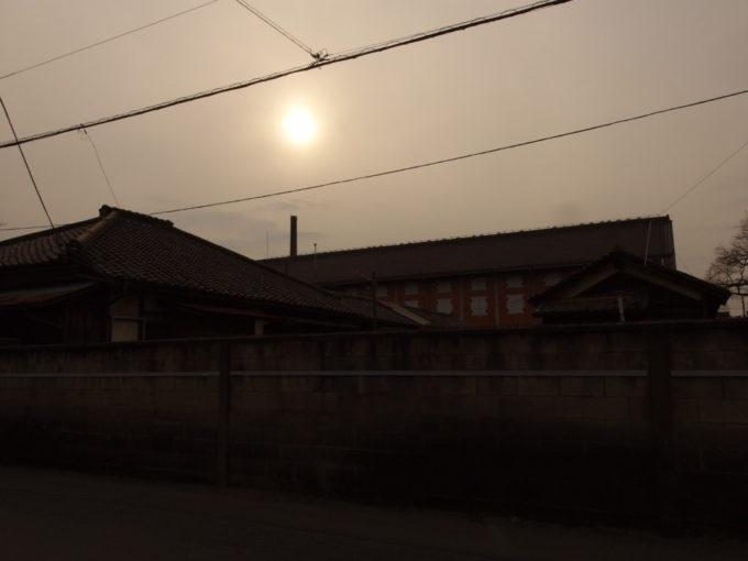 夕陽に染まる富岡製糸場の木骨煉瓦造と木造の古い社宅