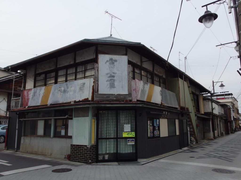 富岡の街に残る渋い建物
