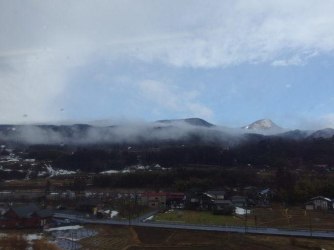 上越線車窓に広がる利根川と残雪の山並み