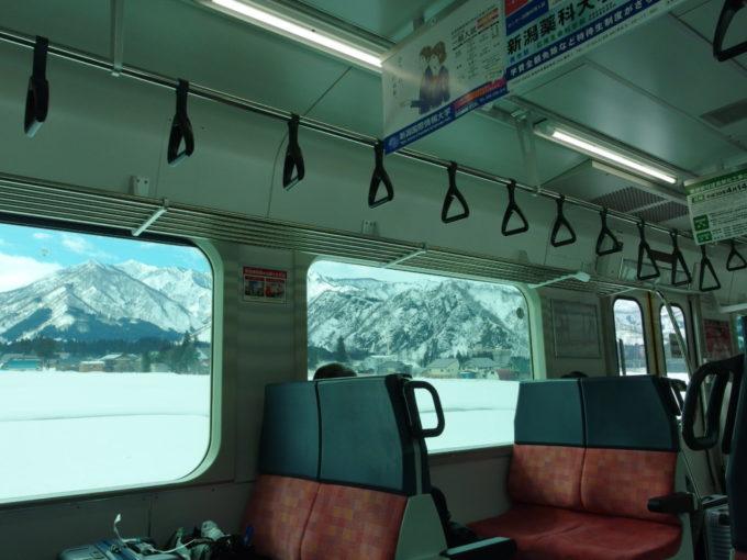 上越線E129系車窓を彩る鮮やかな銀嶺