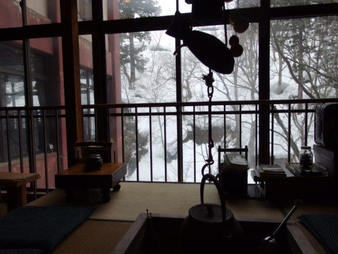 栃尾又温泉自在館コーヒーやお茶が自由に飲める囲炉裏のあるロビー