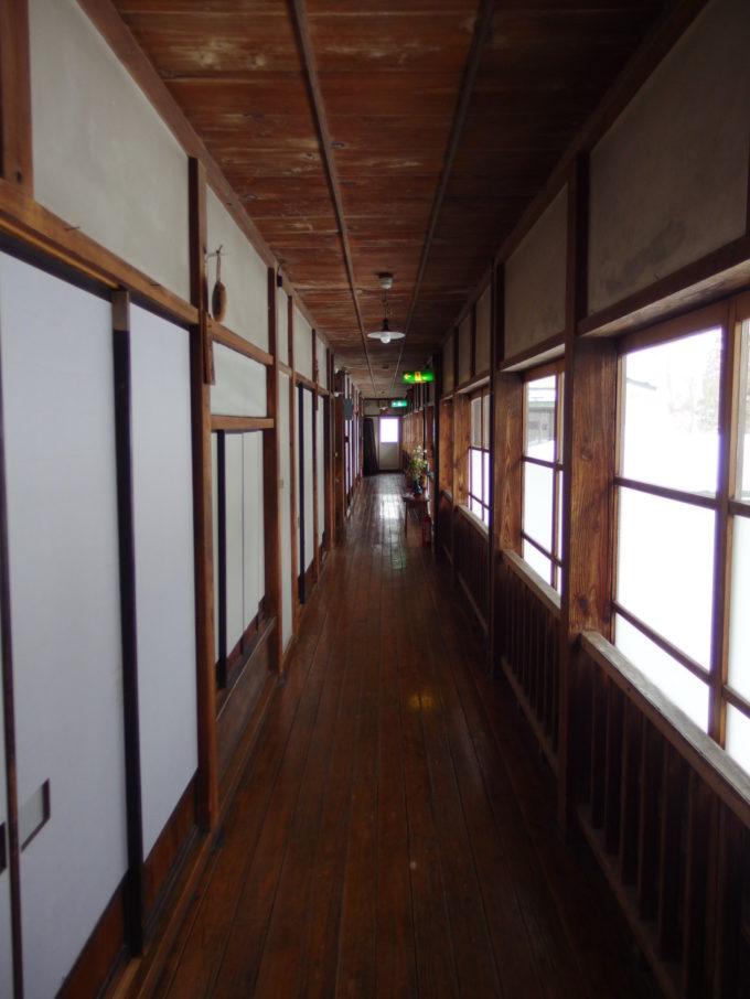 栃尾又温泉自在館大正棟木造旅館らしい味わい深い廊下