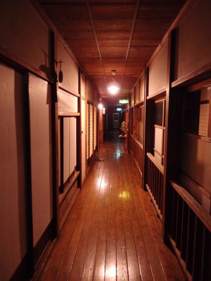 栃尾又温泉自在館白熱灯の温かい灯りに照らされた大正棟の廊下