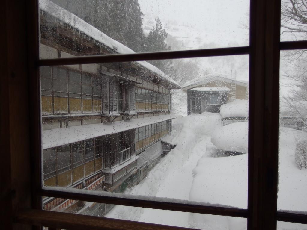 栃尾又温泉自在館雪に覆われた旧館大正棟