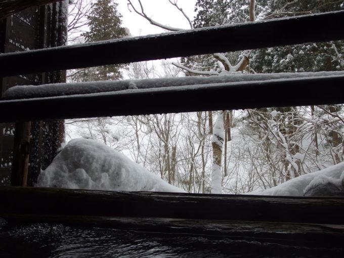 栃尾又温泉自在館貸切露天風呂うけづの湯で対岸のうけづ山を望む
