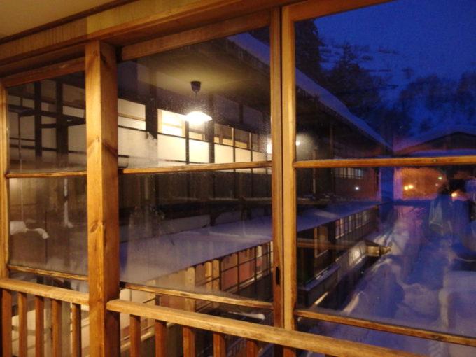 夜に浮かぶ冬の栃尾又温泉自在館大正棟