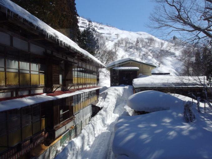 栃尾又温泉自在館晩冬の快晴に佇む大正棟