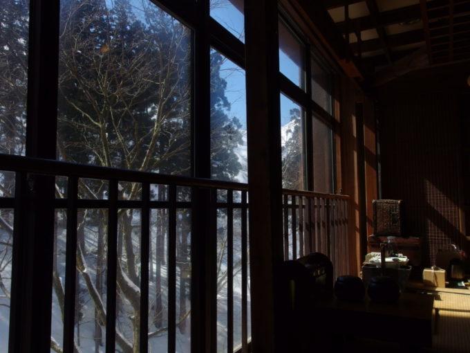 晩冬の栃尾又温泉自在館青空の光射し込む囲炉裏端で飲むコーヒー