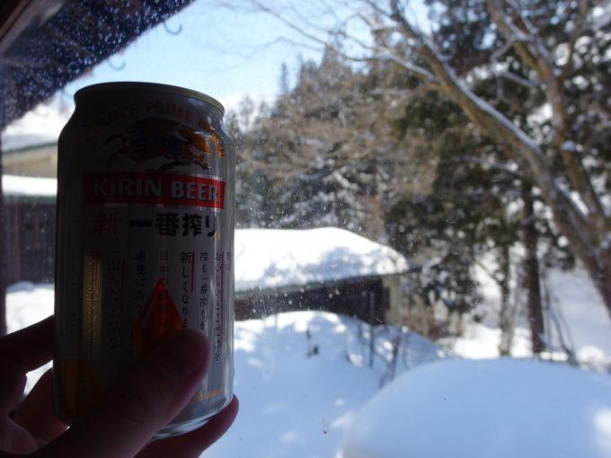 晩冬の栃尾又温泉自在館晴天の雪景色をつまみに昼ビールを