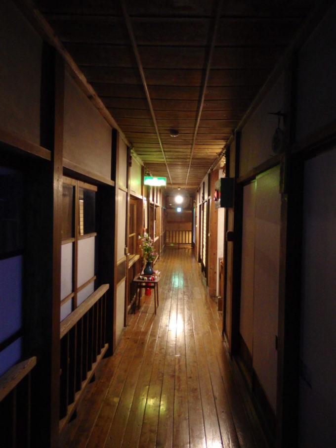 栃尾又温泉自在館夜闇に染まる木の廊下