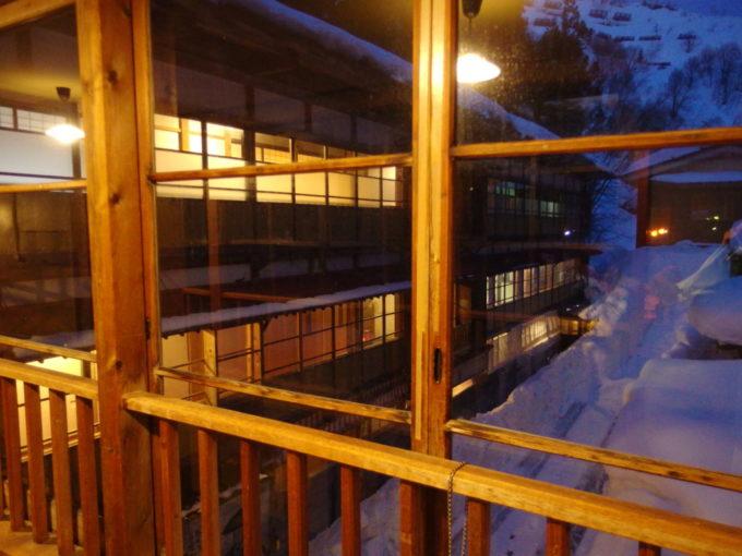 晩冬の栃尾又温泉自在館夕闇に温かい灯りを漏らす大正棟