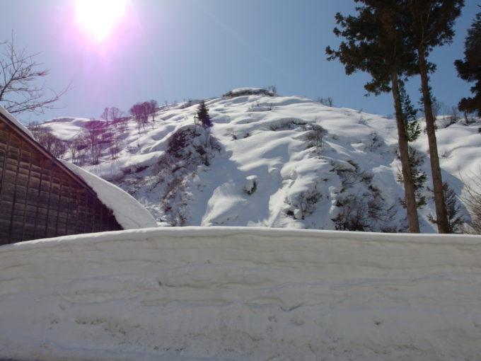 春の訪れを感じさせる栃尾又温泉の雪の山