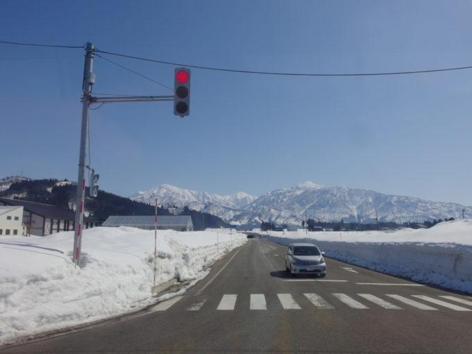 栃尾又温泉自在館の送迎バスから眺める魚沼の銀嶺
