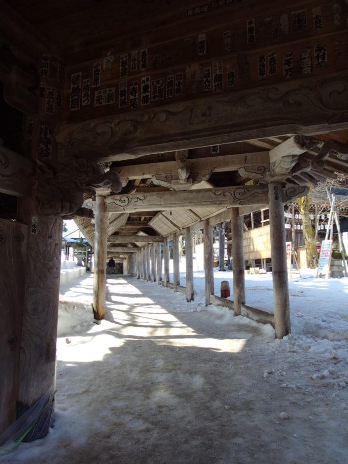 浦佐毘沙門堂山門とお堂を繋ぐ回廊