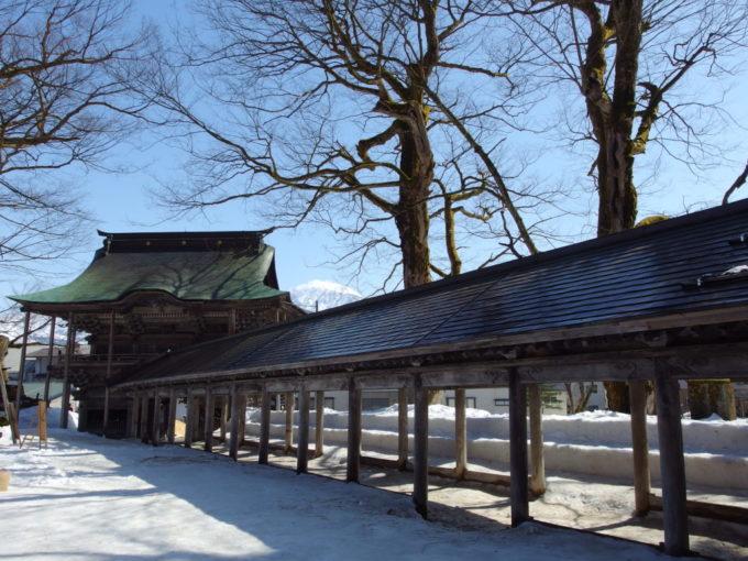 浦佐毘沙門堂立派な回廊や山門越しの魚沼の山
