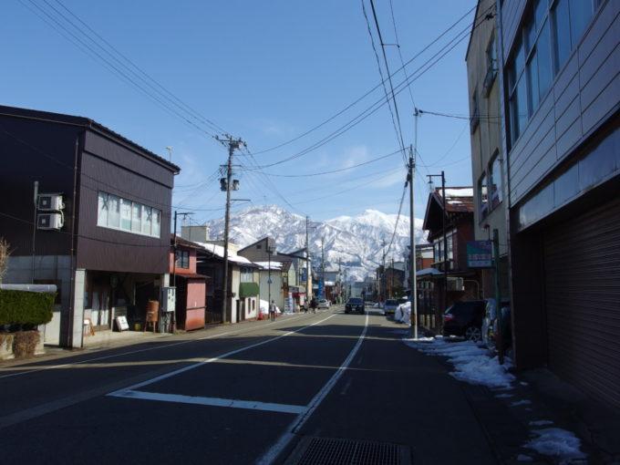 上越線塩沢駅前の通りから望む白銀の山々