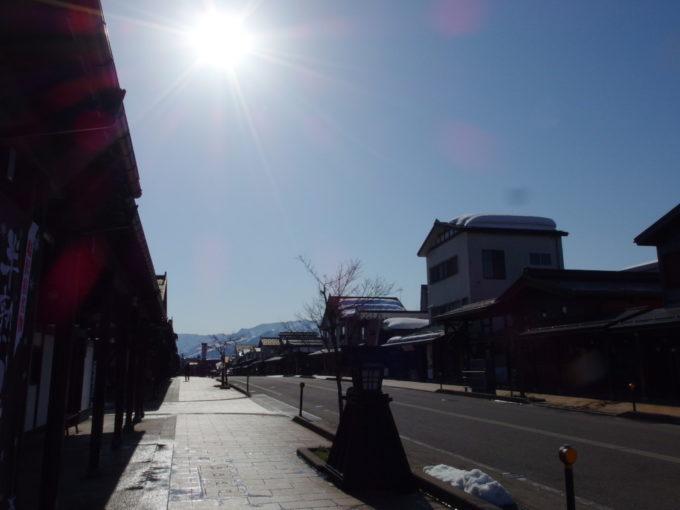 雪解け時期の太陽に照らされ輝く三国街道塩沢宿牧之通り