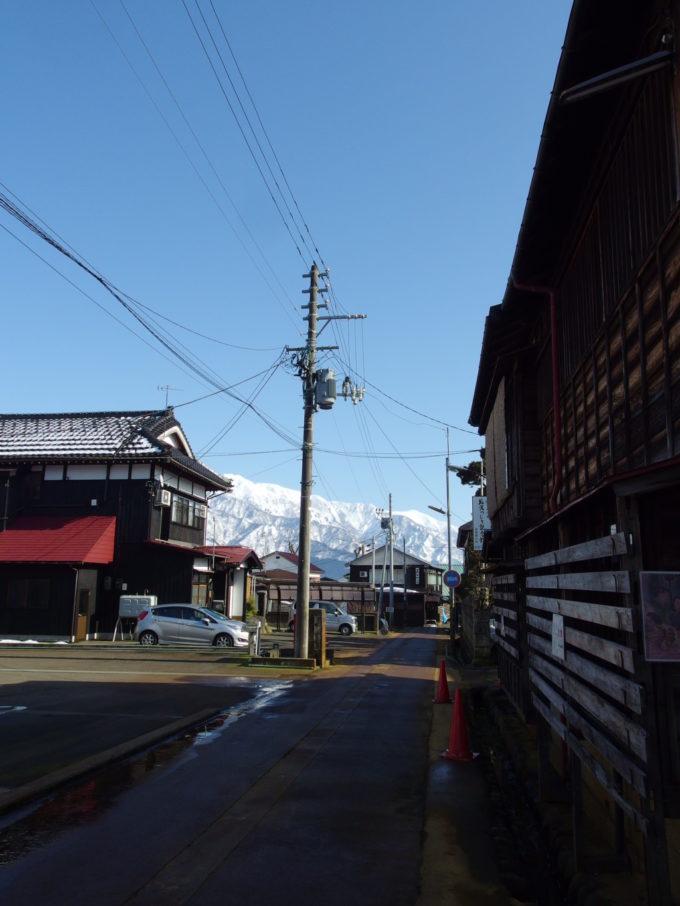 三国街道塩沢宿渋い家並みの奥に広がる白銀の峰々