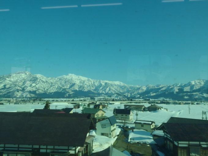 上越線E129系車窓に広がる白銀の山々