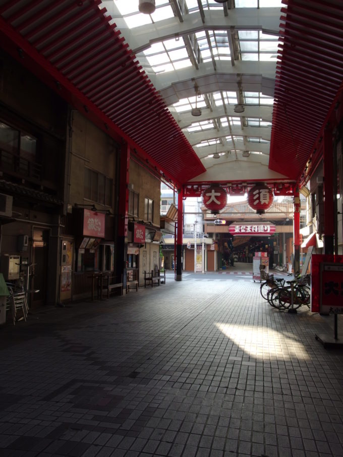 朝の静けさに包まれた大須の商店街