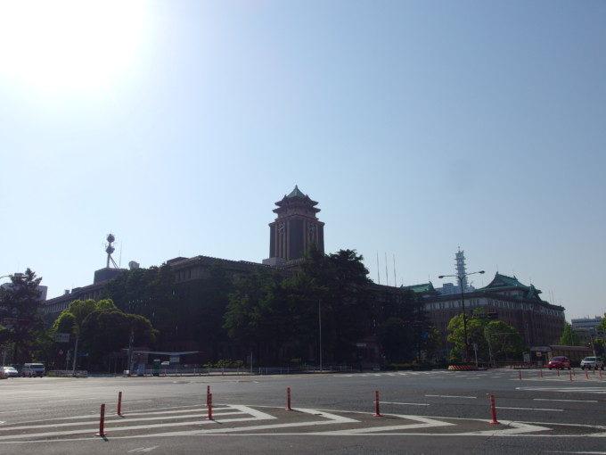 お互い競い合うようにして建ち並ぶ愛知県庁と名古屋市役所