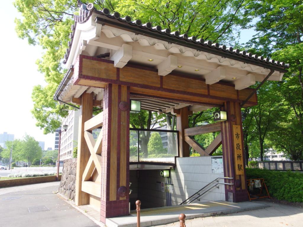 お城を思わせる名古屋市営地下鉄市役所駅入口
