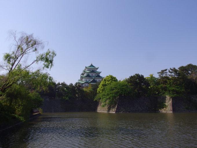 新緑溢れる石垣に聳える鉄筋コンクリートの名古屋城最後の姿