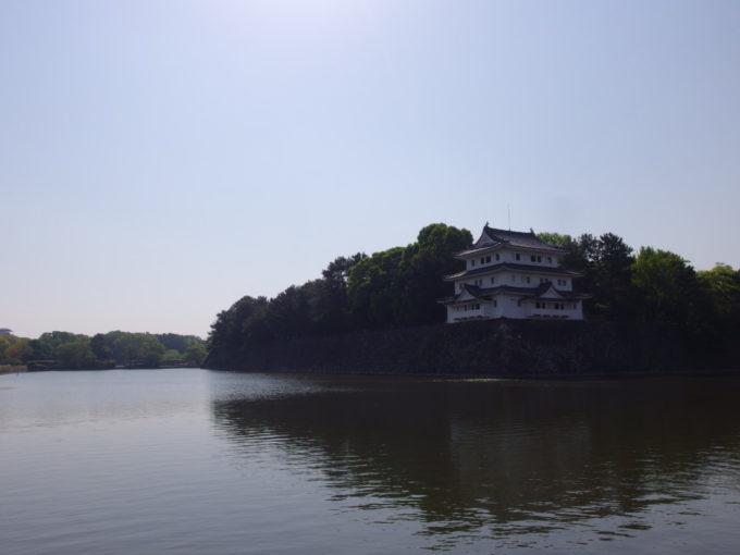 朝日煌めくお堀に映える名古屋城西北隅櫓