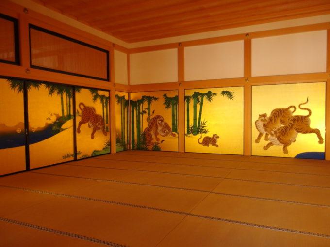 復元された名古屋城本丸御殿黄金色の中躍動する虎や豹
