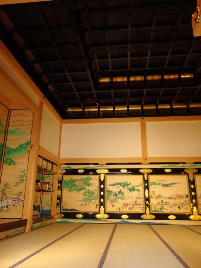 復元された名古屋城本丸御殿黒漆輝く二重折上格天井