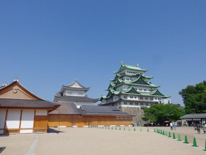 初夏の名古屋城復元されまだ新しい本丸御殿とまもなく壊される鉄筋コンクリートの天守閣