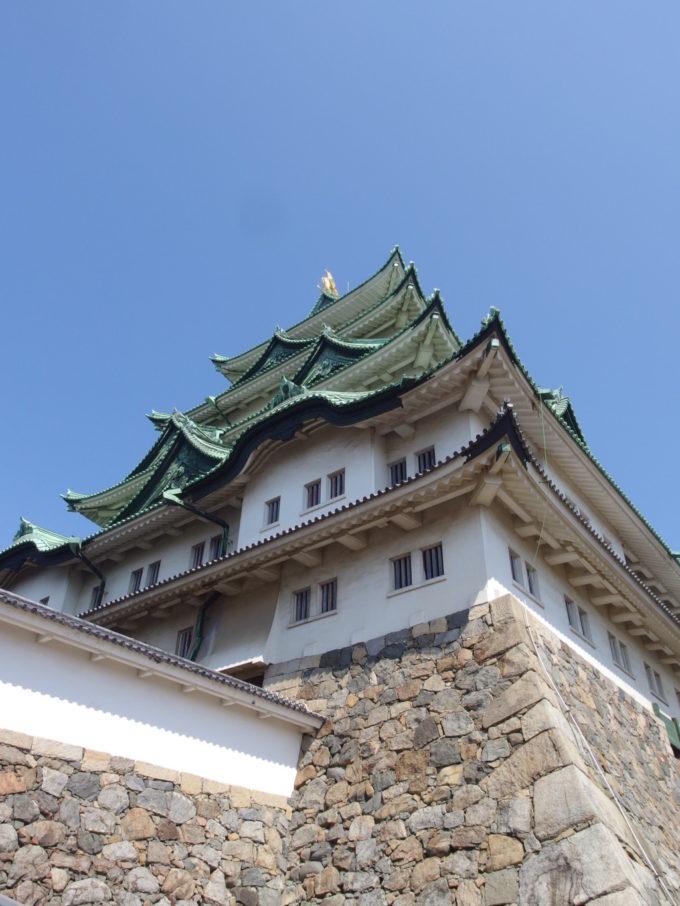 初夏の晴天の下聳える鉄筋コンクリート造の名古屋天守閣