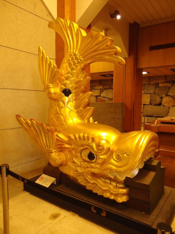 名古屋城天守閣の入口で出迎える金のしゃちほこ