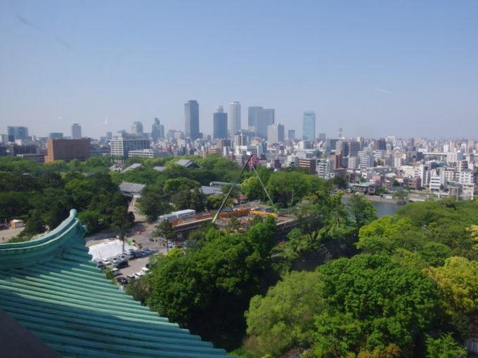 建て替え前の名古屋城現天守閣から望む高層ビル建ち並ぶ名駅方面