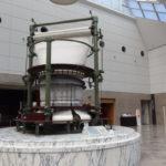 トヨタ産業技術記念館エントランスに飾られた環状織機