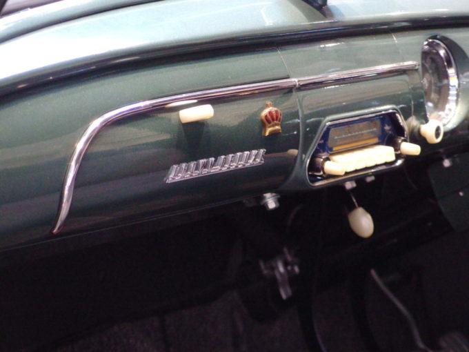 トヨタ産業技術記念館初代トヨペット・クラウンダッシュボードに掲げられた王冠マーク