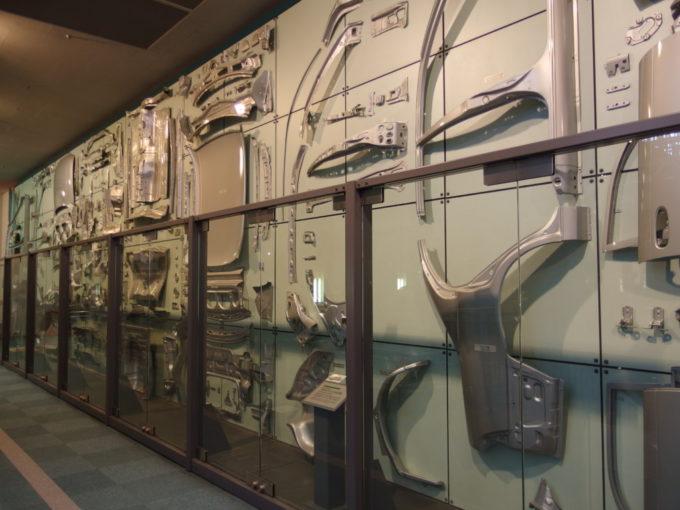 トヨタ産業技術記念館壁にずらりと並ぶ自動車一台分のプレス部品