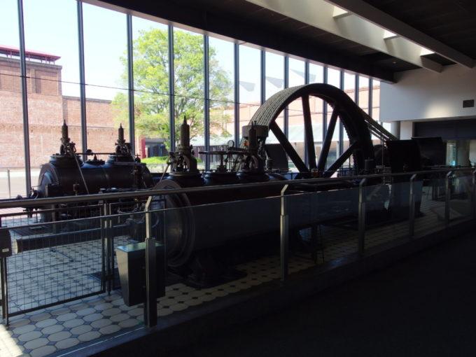 トヨタ産業技術記念館巨大な蒸気機関越しに眺める赤レンガ