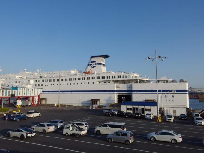 巨大建造物のような大型船舶の太平洋フェリーきそ