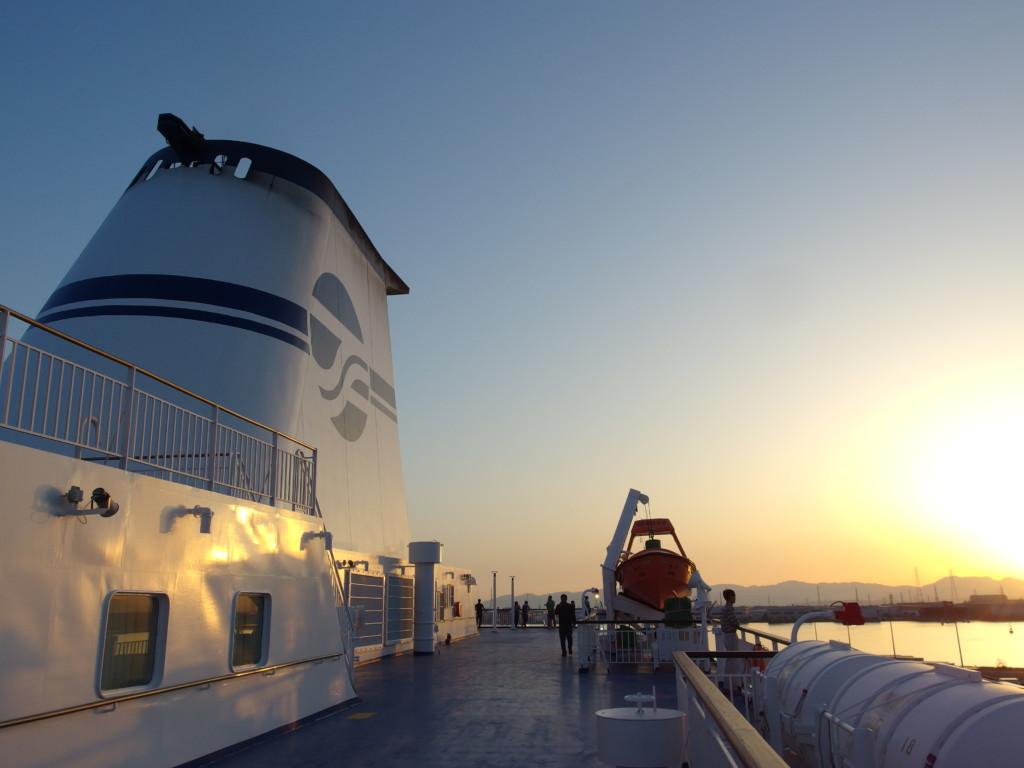名古屋出港前夕陽に染まる太平洋フェリーきそ遊歩甲板