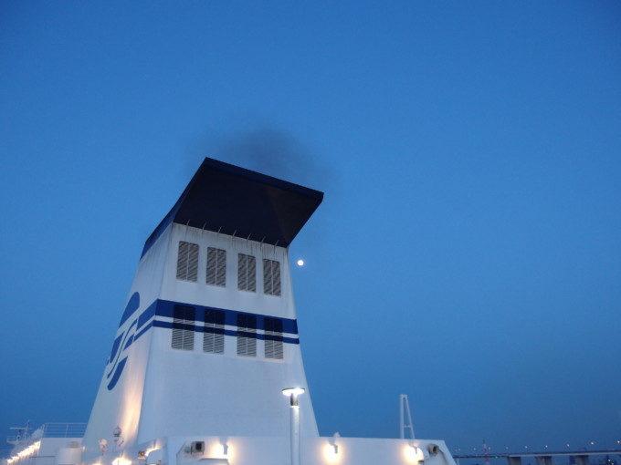 太平洋フェリーきそ名古屋出港直前ファンネルからの黒煙と宵の口に輝く月