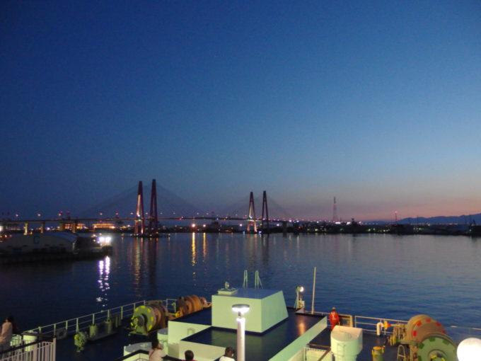 太平洋フェリーきそ名古屋港を離岸した大型船舶は器用にバックし航路へ
