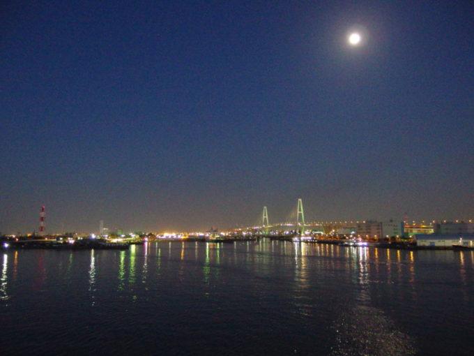 月夜に輝く名港トリトンと港の輝き